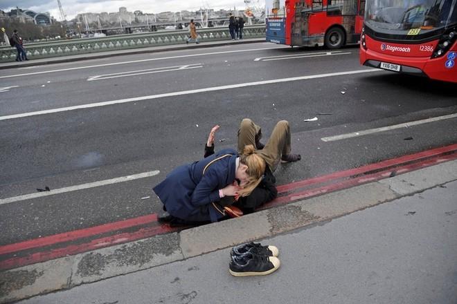Hiện trường vụ tấn công khủng bố ở thủ đô London - ảnh 5
