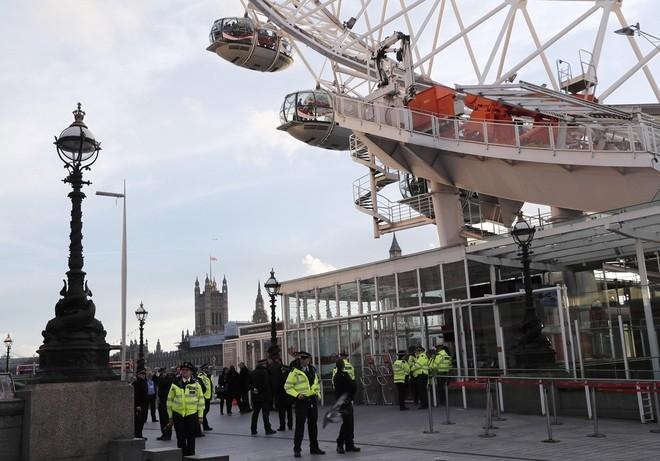 Hiện trường vụ tấn công khủng bố ở thủ đô London - ảnh 10