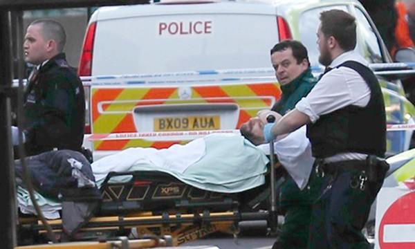 Một người bị thương trong vụ tấn công ở London hôm 22/3 được đưa tới bệnh viện. Ảnh:Reuters