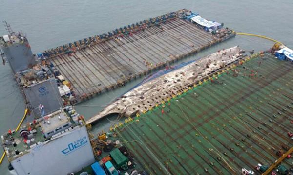 Phà Sewol được nâng lên cao hơn mặt nước 13m. Ảnh:Reuters