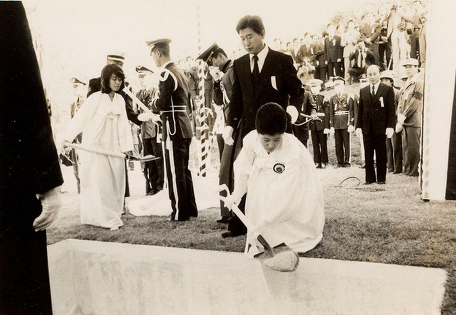 Cuộc đời bi kịch của bà Park Geun-hye từ Nhà Xanh tới song sắt nhà lao - ảnh 6