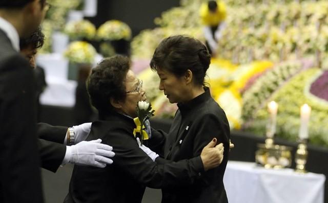 Cuộc đời bi kịch của bà Park Geun-hye từ Nhà Xanh tới song sắt nhà lao - ảnh 11