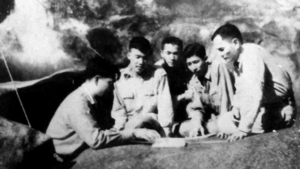 Toà soạn Báo Quân đội nhân dân họp tại hang Thẩm Púa (ông Hoàng Xuân Tùy ngồi thứ hai từ phải qua) - ảnh tư liệu