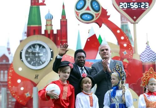 Ông Guadalupe và huyền thoại bóng đá Pele trong sự kiện đếm ngược một năm tới World Cup 2018. Ảnh:Đức Đồng.