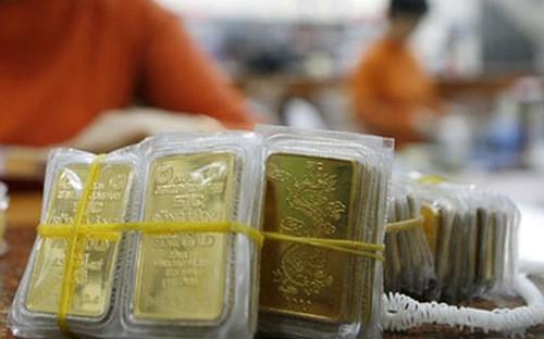 Cùng với cơ chế huy động vàng và USD trong dân vào sản xuất, kinh doanh, Chính phủ cần xem xét giảm lãi suất huy động và lãi suất cho vay để giảm chi phí giá vốn cho doanh nghiệp.