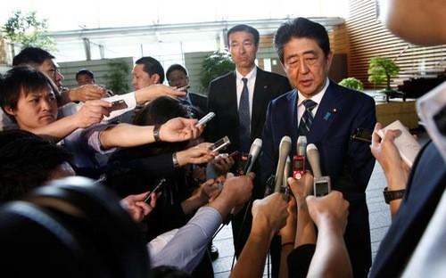 Thủ tướng Nhật Bản Shinzo Abe phát biểu trước báo giới ở Tokyo sáng 3/7 - Ảnh: Reuters.