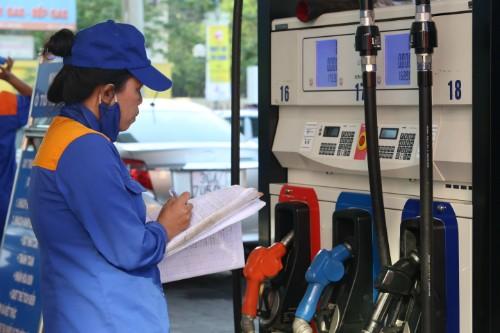 Giá xăng đứng trước áp lực giảm giá vào ngày mai, 5/7. Ảnh:Ngọc Thành