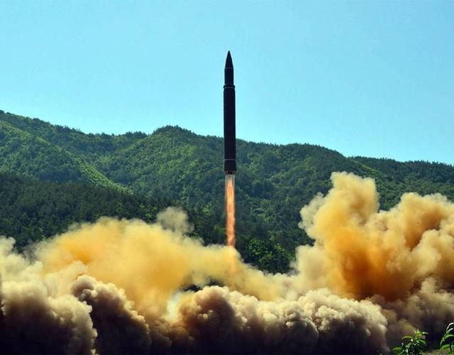 Tên lửa đạn đạo liên lục địa của Triều Tiên rời bệ phóng trong vụ phóng thử ngày 4/7 (Ảnh: AFP)
