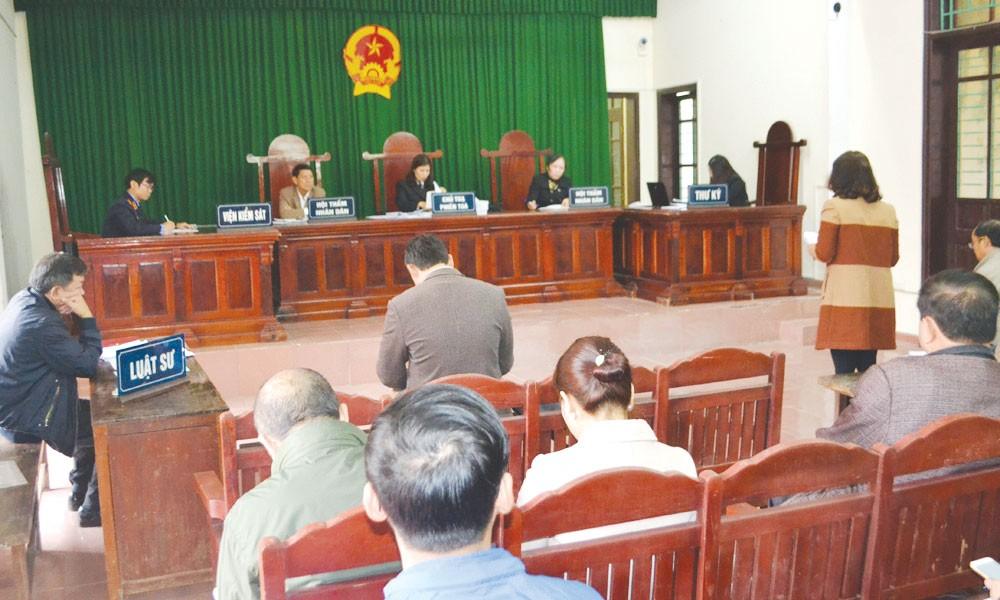 """Nguyên đơn vẫn không phục kết quả xét xử phiên phúc thẩm vụ """"tranh chấp kết quả lựa chọn nhà thầu"""" tại TAND tỉnh Nghệ An mới đây. Ảnh: Quốc Huy"""