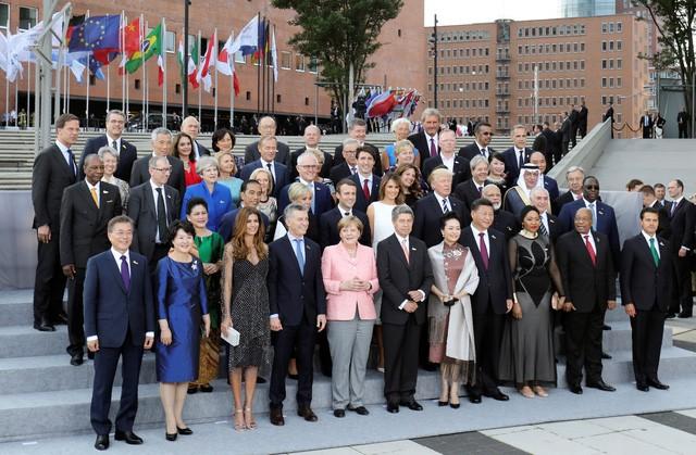 Các lãnh đạo thế giới cùng các phu nhân và phu quân chụp ảnh lưu niệm chung tại hội nghị G20 2017.