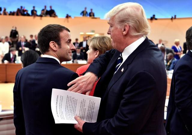 Tổng thống Trump vỗ vai người đồng cấp Pháp Macron trước khi bắt đầu phiên họp đầu tiên tại hội nghị G20.