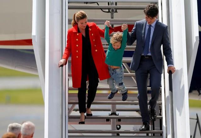 Thủ tướng Canada Justin Trudeau và phu nhân Sophie dắt tay con trai Hadrien bước từ máy bay xuống sân bay ở Đức khi về dự hội nghị G20.