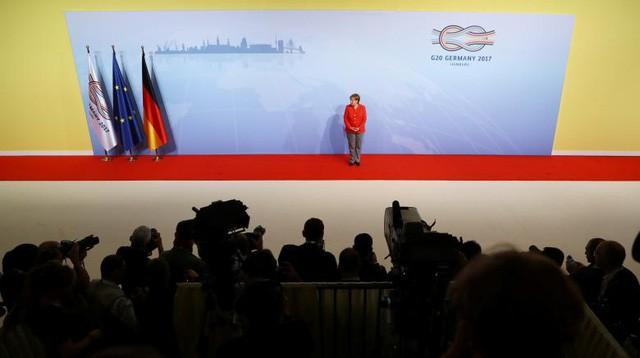 Đại diện nước chủ nhà, Thủ tướng Đức Angela Merkel, đứng trên thảm đỏ chào đón các nhà lãnh đạo thế giới về dự hội nghị thượng đỉnh của 20 nền kinh tế hàng đầu thế giới (G20), diễn ra trong hai ngày 7-8/7 tại thành phố Hamburg.