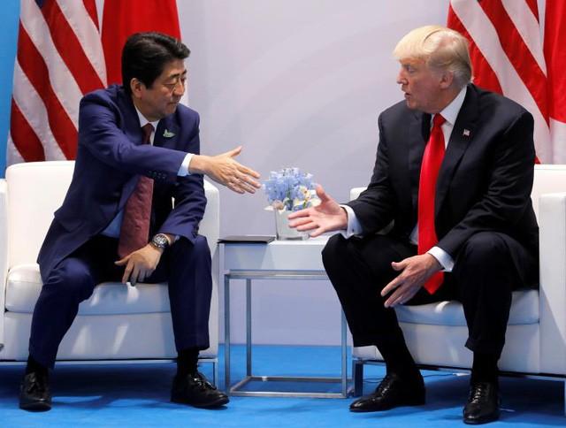 Tổng thống Donald Trump hội đàm song phương với Thủ tướng Nhật Bản Shinzo Abe (trái) tại Hamburg hôm 8/7.