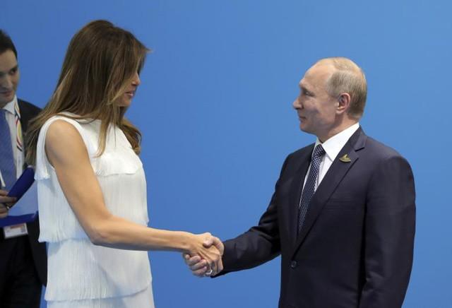 Tổng thống Nga Putin bắt tay Đệ nhất phu nhân Mỹ Melania Trump trong một sự kiện bên lề hội nghị G20.