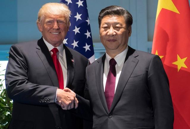 Tổng thống Donald Trump (trái) bắt tay Chủ tịch Tập Cận Bình tại cuộc gặp song phương ở Đức ngày 8/7 (Ảnh: Reuters)