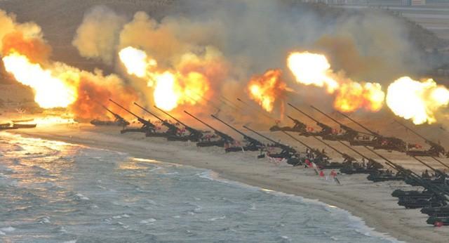 Quân đội Triều Tiên tập trận pháo binh cạnh bờ biển (Ảnh: KCNA)