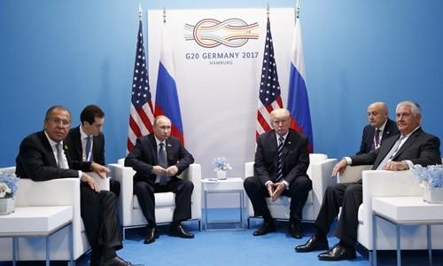 Ngoại trưởng Mỹ Rex Tillerson, Ngoại trưởng Nga Sergey Lavrov, Tổng thống Mỹ Donald Trump và Tổng thống Nga Vladimir Putin trong cuộc gặp riêng bên lề hội nghị thượng đỉnh G20. Ảnh:AP.