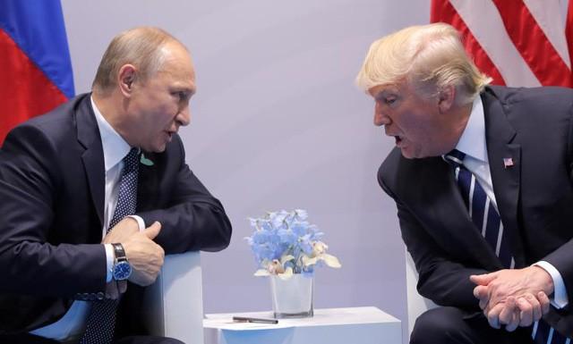 Tổng thống Mỹ Donald Trump (phải) và Tổng thống Nga Vladimir Putin trong lần hội đàm đầu tiên. (Ảnh: Reuters)