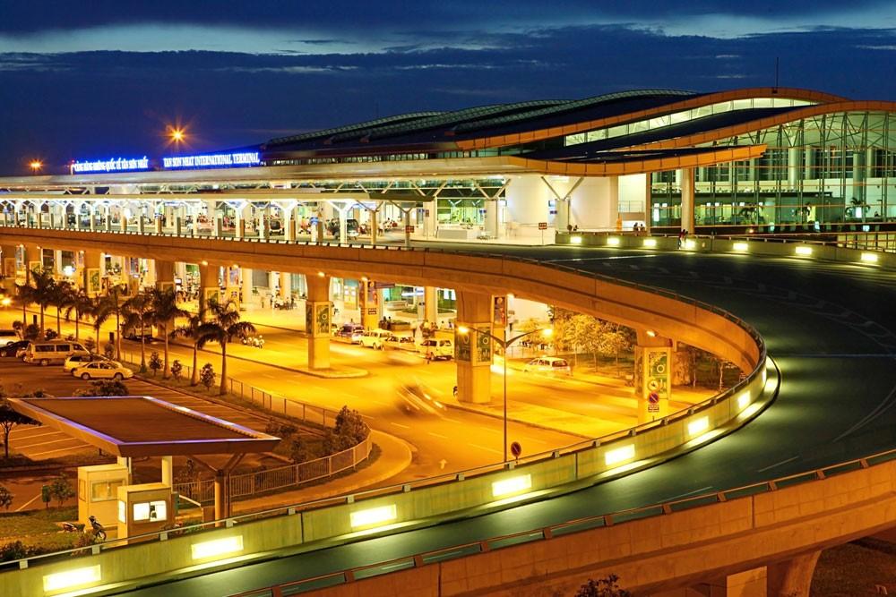 Để nâng cao công suất khai thác của sân bay Tân Sơn Nhất cần bổ sung, hoàn thiện hệ thống đường lăn, sân đỗ, nhà ga. Ảnh: Tường Lâm
