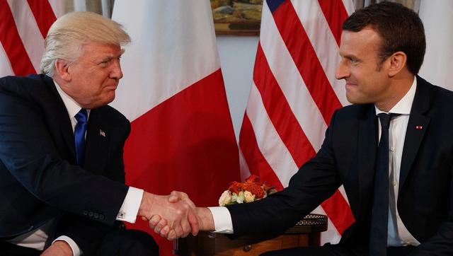 Tổng thống Mỹ Donald Trump (trái) và Tổng thống Pháp Emmanuel Macron gặp nhau trước thềm Hội nghị NATO tháng 5/2017 (Ảnh: Getty)