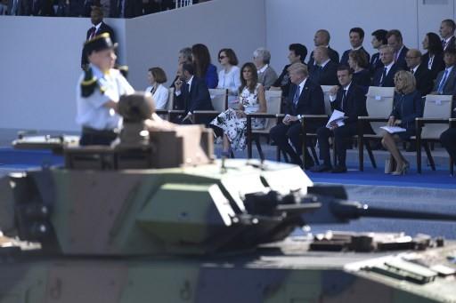 Một xe tăng đi qua lễ đài nơi Tổng thống Macron, Đệ nhất phu nhân Brigitter, Tổng thống Trump, Đệ nhất phu nhân Melania, Thủ tướng Pháp Edouard Philippe và Bộ trưởng Quốc phòng Pháp Florence Parly ngồi. (Ảnh: AFP)