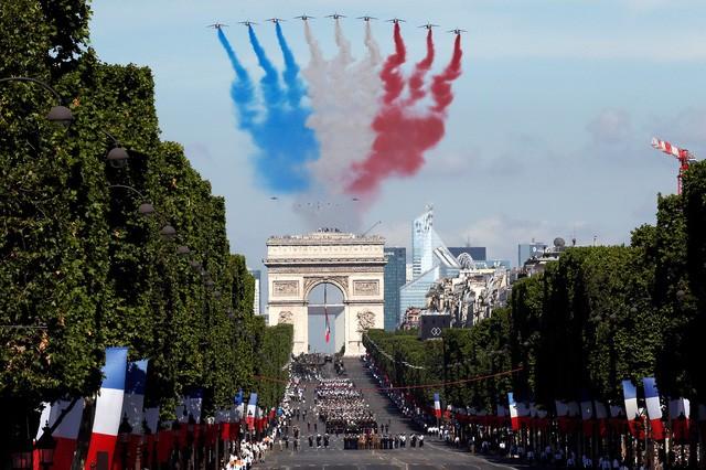 Các máy bay chiến đấu của Không quân Pháp tham gia màn trình diễn ở phía trên Đại lộ Champs-Elysees. (Ảnh: Reuters)