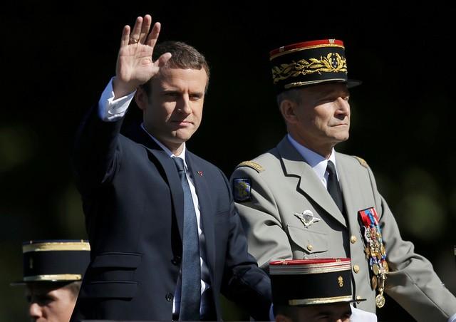 Tổng thống Pháp Emmanuel Macron (trái) và Tướng Pierre de Villiers - Tổng Tham mưu trưởng các lực lượng vũ trang Pháp tại lễ duyệt binh (Ảnh: Reuters)