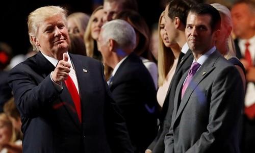 Tổng thống Mỹ Donald Trump (trái) và con trai Donald Trump Jr.. Ảnh:Reuters.