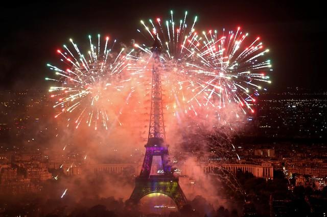 Bắn pháo hoa trong ngày quốc khánh là một truyền thống được duy trì ở Pháp nhiều năm qua (Ảnh: AFP)