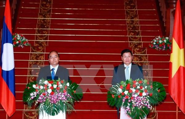 Thủ tướng Nguyễn Xuân Phúc và Thủ tướng Lào Thongloun Sisoulith. (Ảnh: Thống Nhất/TTXVN)