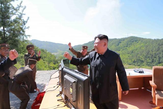 Nhà lãnh đạo Triều Tiên Kim Jong-un vui mừng sau vụ thử thành công tên lửa đạn đạo liên lục địa. (Ảnh: KCNA)