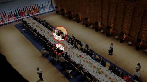 Khung cảnh bữa tiệc tối nhìn từ trên cao, trong đó Tổng thống Trump được xếp ghế ngồi phía bên kia so với Tổng thống Putin và bà Melania Trump, đệ nhất phu nhân Mỹ. Ảnh:NBCNews.