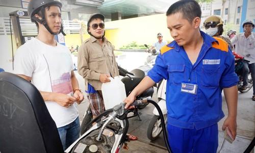 Giá xăng bán lẻ trong nước trước áp lực điều chỉnh giá lên nhẹ vào ngày mai.