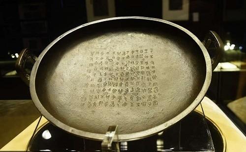 Chiếc khay là đồ cổ bằng đồng lâu đời nhất được khai quật tới nay, lòng khay khắc chữ tóm tắt lịch sử nhà Tây Chu. Ảnh:China Daily.