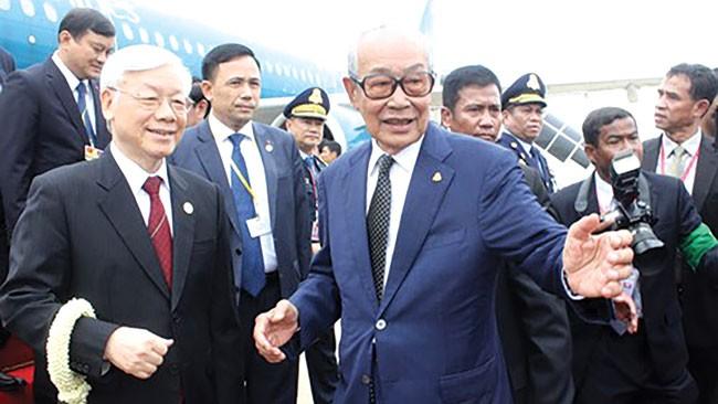 Phó Thủ tướng, Bộ trưởng Hoàng cung Samdech Kong Som Ol đón Tổng Bí thư Nguyễn Phú Trọng và đoàn tại sân bay. Ảnh: Tấn Tuân