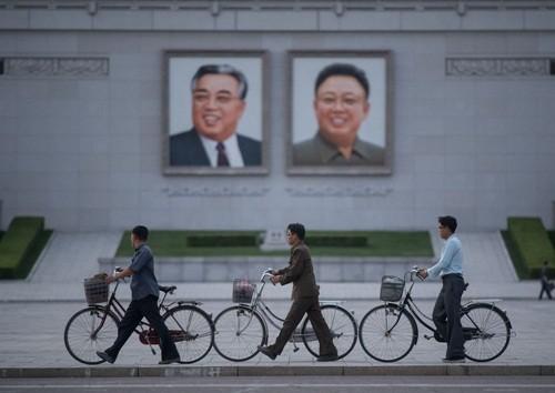 Người Triều Tiên đi qua quảng trường ở Bình Nhưỡng. Ảnh:AFP