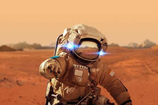 <b>Dennis Tito: Du lịch sao Hỏa</b><br> <br> Năm 2011, Dennis Tito, cựu nhân viên của NASA và hiện là giám đốc công ty quản lý đầu tư Wilshire Associates, đã chi 20 triệu USD để trở thành du khách đầu tiên của sao Hỏa. Hiện ông đang lên kế hoạch sẽ đưa 2 người lên sao Hỏa trong một chuyến du lịch trong 501 ngày vào năm tới. <br>