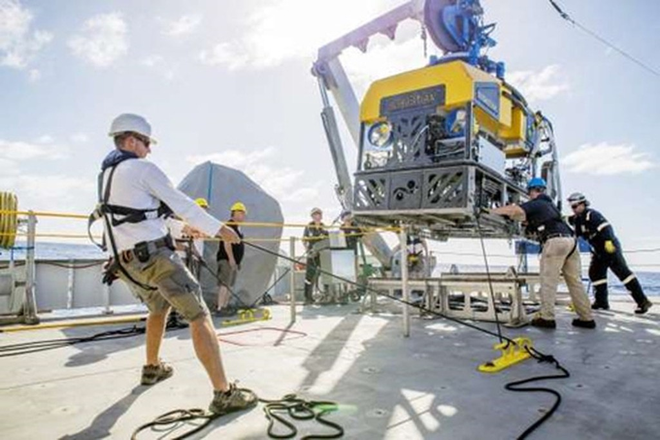 <b>Eric Schmidt: Tàu nghiên cứu khoa học miễn phí</b><br> <br> Eric Schmidt cùng vợ Wendy được cho là đã đầu tư khoảng 94 triệu USD để xây dựng con tàu đại dương có tên Falkor dành cho các nhà khoa học dùng miễn phí, với điều kiện họ phải chia sẻ thông tin nghiên cứu được với công chúng. Mỗi năm có hơn 100 đơn đăng ký để sử dụng tàu nhưng chỉ có khoảng 6 người được chọn. Chuyến thám hiểm đầu tiên của Falkor là thăm dò một con tàu bị chìm ở Greenland, cực Bắc vào năm 1943. <br>