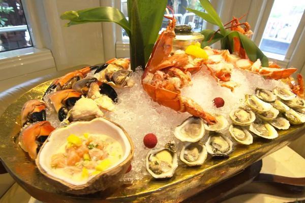 Bàn ăn đầy hải sản cao cấp trên du thuyền. (Nguồn: CNBC)
