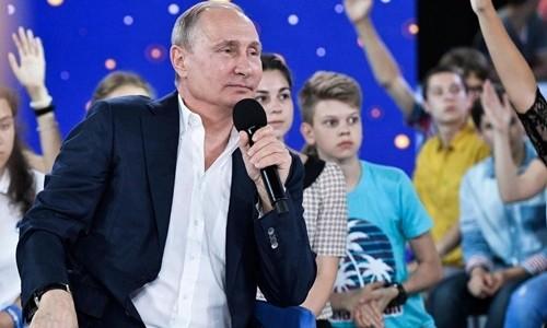 Tổng thống Nga Vladimir Putin trong buổi nói chuyện với các học sinh tại Sochi ngày 21/7. Ảnh:AP.