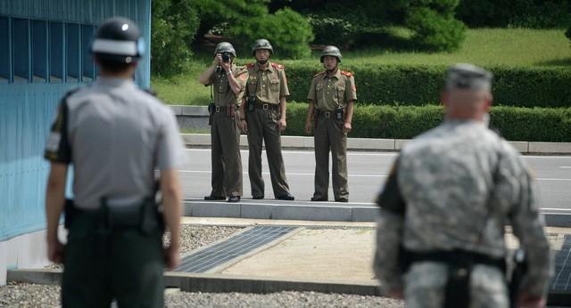 Binh sĩ Triều Tiên chụp ảnh lính Hàn Quốc và lính Mỹ tại làng đình chiến Panmunjom (Ảnh: Sputnik)