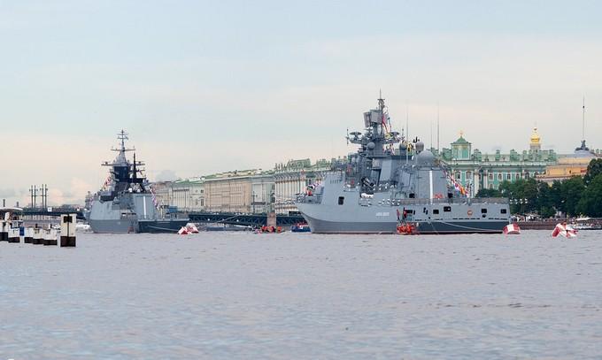 Dàn tàu chiến hạng nặng Nga tập duyệt binh trên sông - ảnh 2