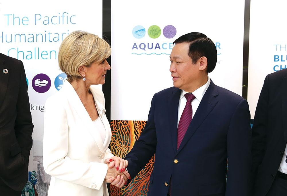 Phó Thủ tướng Chính phủ Vương Đình Huệ trao đổi với Bộ trưởng Bộ Ngoại giao và Thương mại Australia, bà Julie Bishop. Ảnh: Thành Chung