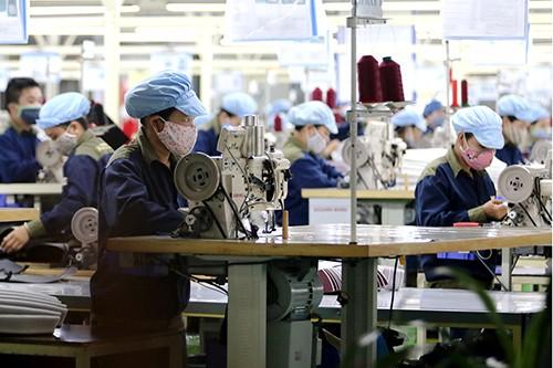 Người lao động kỳ vọng tăng lương để đảm bảo cuộc sống. Ảnh minh họa:Nguyễn Đông.