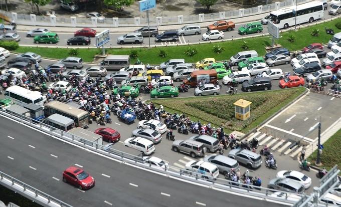 Nhiều đường quanh sân bay Tân Sơn Nhất lại kẹt xe từ sáng đến trưa - ảnh 1