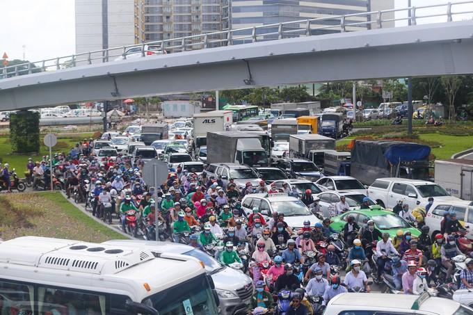 Nhiều đường quanh sân bay Tân Sơn Nhất lại kẹt xe từ sáng đến trưa - ảnh 2