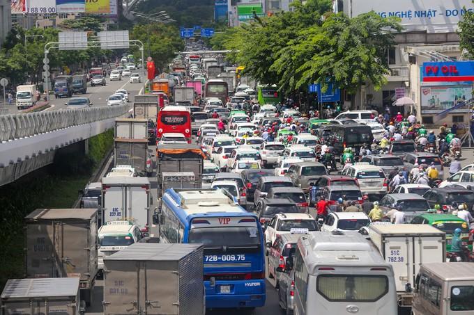 Nhiều đường quanh sân bay Tân Sơn Nhất lại kẹt xe từ sáng đến trưa - ảnh 3