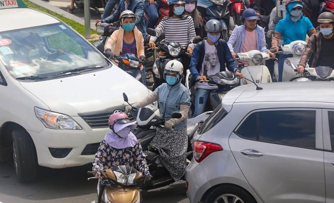 Nhiều đường quanh sân bay Tân Sơn Nhất lại kẹt xe từ sáng đến trưa - ảnh 4