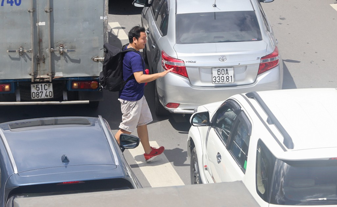 Nhiều đường quanh sân bay Tân Sơn Nhất lại kẹt xe từ sáng đến trưa - ảnh 6